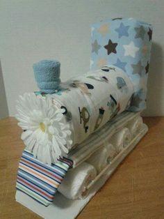 Diaper cakes - Tarta de pañales - Baby Shower gifts and crafts Idee Baby Shower, Shower Bebe, Baby Shower Diapers, Baby Shower Gifts, Cute Gifts, Diy Gifts, Handmade Gifts, Nappy Cakes, Baby Wedding