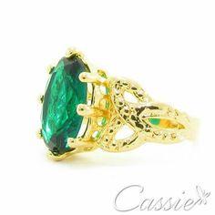 Anel Treccia Verde folheado a ouro com cristal verde. Disponível no Aro 18. Apenas R$ 43,90.  ❤⚫⚫⚫⚫⚫⚫⚫⚫⚫⚫⚫❤ #Cassie #semijoias #acessórios #moda #fashion #estilo #inspiração #tendências #trends #brincos #aneldefalange #love #pulseirismo #zircônias #folheado #dourado #colar #pulseiras #berloques #coroa #charms #maxibrinco #anellove #diadosnamoradoschegando