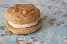 Brown Sugar Whoopie Pies with Vanilla Buttercream Frosting - Natural Sweet Recipes Maple Dessert Recipes, Healthy Dessert Recipes, Healthy Food, Healthy Eating, Sugar Free Recipes, Sweet Recipes, Lemon Custard, Vanilla Buttercream Frosting, Gluten Free Brownies