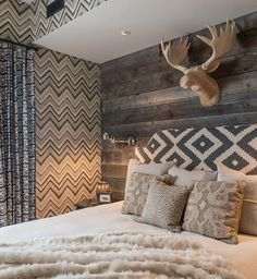 Chic Decor for the Ski Chalet - Chic Decor for the Ski Chalet Lodge Bedroom, Rustic Master Bedroom, Bedroom Decor, Rustic Bedroom Design, Rustic Bedrooms, Chalet Design, House Design, Design Design, Chalet Chic