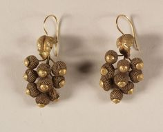 """""""Grape cluster"""" drop earrings of gold and woven hair, American, ca. 1860."""