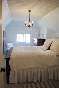 bedroom-with-a-chandelier-over-bed-shuzokukennerleyblogspotcom.jpg (268×400)