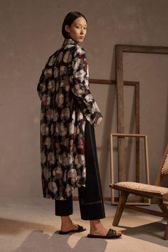 Claudia Li Pre-Fall 2019 Fashion Show Collection: See the complete Claudia Li Pre-Fall 2019 collection. Look 24 Older Women Fashion, Curvy Fashion, Urban Fashion, Womens Fashion, Fashion Edgy, Fashion Top, Cheap Fashion, Ladies Fashion, Style Fashion