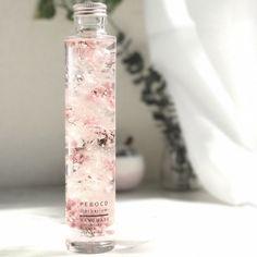 """数ある作品の中から閲覧していただき、誠にありがとうございます。厳選した高品質なお花をボトルに閉じ込め、瑞々しいお花たちを長期間お手入れ不要で楽しんで頂けるハーバリウムを作成しております。---Princessシリーズは可愛らしくもあり、高貴な女性にぴったりな赤、ピンクをベースとした色合いでデザインしました。""""sakura""""桜は、春に少しの間しか咲かない儚さがありますが、心を掴む美しさ持ち合わせています。柔らかい色ですが凛とした存在感ある桜をイメージしてデザインしております。---大自然の恵みであるお花は咲き方や色が違い、この世に2つとない""""only one""""をお届けします。ボトルの中では時が止まったような表情をしてくれたり、時にはゆらゆら風に靡くような表情を見せてくれたり、夜にはライトアップして全く違う表情をお楽しみ頂けます。飾る場所を選ばず持ち運びも楽なので、大切な人へのプレゼントや自分へのご褒美にも大変人気のアイテムです。お手入れ不要なので忙しい毎日の中でも簡単に花のある暮らしをお楽しみ頂けます。もちろん花粉症の方、生花が禁止の場所など花を鑑賞できない方で..."""