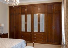 Armario empotrado de ocho puertas abatibles, altillo independiente, puertas centrales con cristal para visillo, cajones por fuera. Realizado compañero a su dormitorio.