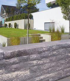 Neben gepflasterten horizontalen Flächen leben Außenanlagen von der Einbeziehung der Vertikalen. Mauern bieten sich hierbei nicht nur zur Einfriedung von Grundstücken an, sondern eignen sich auch als Sicht- und Windschutz sowie zur Gliederung und Strukturierung von Außenräumen- insbesondere bei Niveauunterschieden.