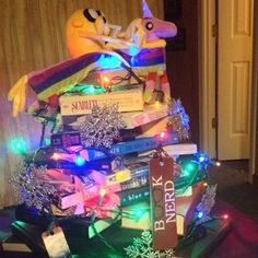 A Christmas book tree is read as a #pinterestfail