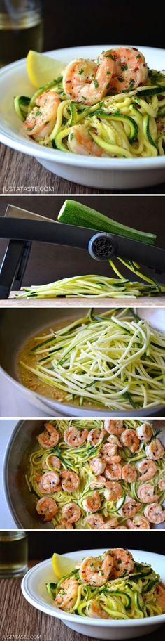 Lecker Zucchini-Pasta! So geht's; 1.Olivenöl erhitzen. Knoblauch/ roter Pfeffer dazu. 2.Garnelen zufügen, ca. 3 Minuten braten. Mit Salz/Pfeffer würzen & in eine Schüssel geben. 3.Weißwein/Zitronensaft in die Pfanne geben, kurz köcheln. Zucchininudeln kurz anbraten. Garnelen unterheben. Mit Salz/Pfeffer würzen. Mit Petersilie garnieren. Zutaten: 2 Esslöffel Olivenöl, 500 g Garnelen, 2 Knoblauchzehen, ¼ Teelöffel Roter Pfeffer, ¼ Tasse Weißwein 2 Esslöffel Zitronensaft, 2 Zucchini…