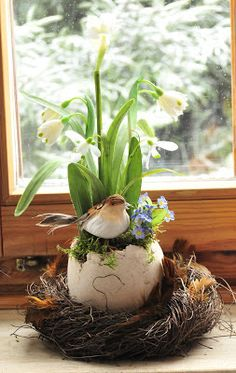 Such a pretty idea for early spring flowers to be pretty for Easter. Such a pretty idea for early spring flowers to be pretty for Easter. Early Spring Flowers, Deco Nature, Easter Table Decorations, Deco Floral, Easter Wreaths, Easter Crafts, Happy Easter, Easter Eggs, Floral Arrangements