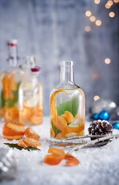 Try our Christmas gin recipe with clementine, ginger and bay. Make your own gin for an easy Christmas gift. Easy spiced homemade gin for Christmas presents Le Gin, Gin Bar, Cocktail Drinks, Cocktail Recipes, Alcoholic Drinks, Beverages, Drinks Alcohol, Easy Cocktails, Dulce De Leche