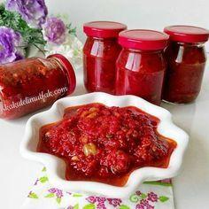 Hayırlı günler arkadaşlar. Kış hazırlıkları başlamışken bu tarifi tekrar vereyim. Yok böyle bir lezzet diyeceginiz nefis bir sos Binlerce kisi denedi, sonuc hep enfess Aci miktarını damak tadıniza göre ayarlayabileceginiz, yedikce yedirten bir sos. Aci sevmeyenler bile bayila bayila yiyor bunu Malzemeler ■3 kilo domates ■1 kilo kırmızı biber ■2-3 baş sarımsak (15-20 diş) ■100 gr acı cin biber ( aci seviyorsaniz miktari arttirin) ■1 su bardağı sirke (üzüm) ■1,5-2 yemek... Instagram 4, Salsa, Favorite Recipes, Canning, Food, Essen, Salsa Music, Meals, Home Canning