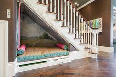 aménagement sous escalier avec coin de repos, banquette en bois et sol en parquet massif