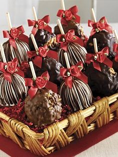 The bows are whats selling them. Chocolate Dipped Apples Recipe, Chocolate Covered Apples, Caramel Apples, Gourmet Apples, Gourmet Candy, Apple Dip, Apple Fruit, Carmel Candy, Apple Baskets
