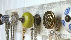 DIY: Create an original wall hanger combining a wooden board with vintage handles. Furniture Makeover, Diy Furniture, Do It Yourself Home, Wall Hanger, Jewellery Display, Jewelry Organization, Decoration, Diy Home Decor, Diy And Crafts