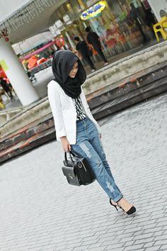 Loving the boyfriend jeans, blazer and simple black hijab