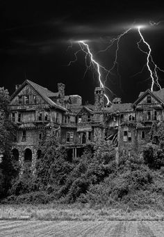 LadyE If this is not haunted, it should be! Gorgeous sprawling mansion.....Great place to film a classic horror movie!