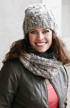 Gratis strikkeopskrifter til kvinder! Det lune sæt er strikket i et ujævnt spundet garn, der giver ekstra liv til de flotte snoninger. Halsrøret kan lægges dobbelt om halsen