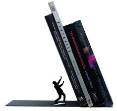 <p>Książki ustawiamy w równym rzędzie, jeśli nie mamy półki na książki ze ściankami, przydadzą się podpórki. Podpórka na książki oprócz praktycznej funkcji, będzie też znakomitą dekoracją wnętrza. Namawiamy was na podpórki do książek, dopasujcie je do wystroju waszych wnętrz.</p>
