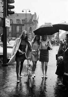 https://i.pinimg.com/236x/d5/4e/66/d54e6694dc8094add966bb65d90e8d87--streets-of-paris-skirt-fashion.jpg