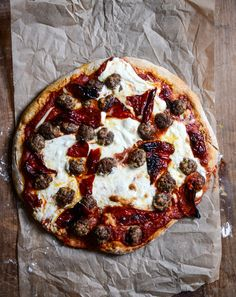 Mini Meatball Pizza with Fresh Mozzarella + Roasted Red Peppers / howsweeteats.com