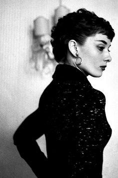 Love this beautiful photo of Audrey Hepburn Audrey Hepburn Mode, Aubrey Hepburn, Audrey Hepburn Smoking, Brigitte Bardot, Divas, Greta, Marlene Dietrich, Glamour, Marylin Monroe