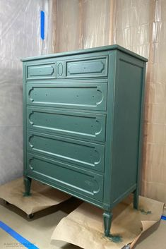 Check out this chalk painted dresser in dark green chalk paint. This step by step tutorial shows the before and after of how to paint a dresser with chalk paint. Plus get more DIY furniture makeover and painted dresser ideas here! Chalk Paint Dresser, Chalk Paint Furniture, Chalk Painting, Painting Tips, Furniture Makeover, Diy Furniture, Restoring Furniture, Diy Leather Drawer Pulls, Green Dresser