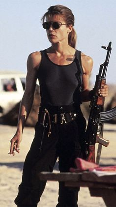 Linda Hamilton als Sarah Connor in Terminator 2 - Idols - Fierce Women, Badass Women, Sarah Connor Terminator, Linda Hamilton Terminator 2, Movie Characters, Female Characters, Science Fiction, Z Movie, Ellen Ripley