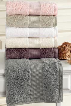 Luksusowe ręczniki kąpielowe DELUXE 75x150cm. Ręcznik o wysokiej gramaturze, w przypadku którego funkcjonuje zasada, że wchłania pięć razy więcej wody, niż sam na sucho waży! Należysz do miłośników luksusu? Wypróbuj ręczniki kąpielowe DELUXE wyrobione z Modalu (mieszanka bawełny i Modalu), mające długie włókna, jedwabisty połysk i żywe kolory nawet po wielu latach.
