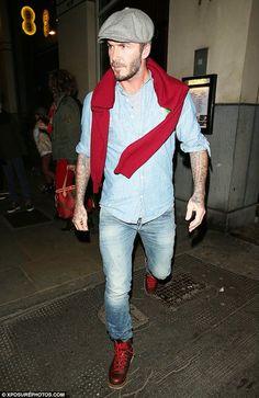 Den Look kaufen:  https://lookastic.de/herrenmode/wie-kombinieren/pullover-mit-rundhalsausschnitt-langarmhemd-t-shirt-mit-rundhalsausschnitt-jeans-stiefel-schiebermuetze/7494  — Graue Schiebermütze  — Roter Pullover mit Rundhalsausschnitt  — Graues T-Shirt mit Rundhalsausschnitt  — Hellblaues Chambray Langarmhemd  — Hellblaue Jeans  — Dunkelbraune Lederstiefel