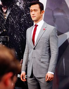 Joseph Gordon-Levitt on Dark Knight Rises Red Carpet Premiere Batman The Dark Knight, The Dark Knight Rises, Sharp Dressed Man, Well Dressed Men, Light Grey Suits, Smoking, Joseph Gordon Levitt, Dapper Gentleman, Man Style