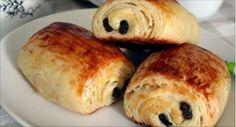 Dans l'article d'aujourd'hui, nous vous présentons une recette délicieuse de pains au chocolat que vous pourrez très facilement recréer chez vous en seulement 15 minutes. Ingrédients (pour 12 pains au chocolat): 270g de farine,250g de beurre froid,250g de fromage blanc,1 cuillère à café de levure chimique,1 pincée de sel,1 jaune d'œuf (pour dorer),Des barres de … Croissants, Bagel, Barbecue, Biscuits, Cake Recipes, Brunch, Food And Drink, Healthy Recipes, Bread