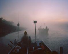[IMAGES] Pendant deux ans, Terry A. Ratzlaff s'est glissé dans la peau d'un #pêcheur de saumon dans la baie Bristol aux confins de l'#Alaska. Découvrez ses beaux clichés sur le site de #fisheyelemag ! [Photo: Extrait de la série « The tide goes north » / © Terry A. Ratzlaff] #photo #photographie #photography #mer #sea #alaska #bristolbay #baiedebristol #fishermen #fishing #fish #pêcheurs #pêche