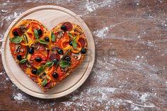 Cuisson au four en forme de c ur pizza maison sur une planche d couper sur la… Vegetable Pizza, Vegetables, Silhouettes, Up, Rustic Table, Home Made Pizza, Fit, Veggies
