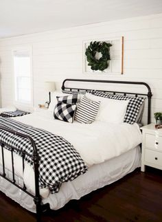 No black doggy hair, people! Farmhouse Style Bedrooms, Farmhouse Bedroom Decor, Modern Farmhouse Style, Home Bedroom, Master Bedroom, Spare Bedroom Ideas, Winter Bedding, Drywall, Guest Rooms