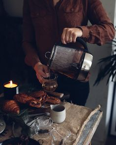 [ #ad ] The holidays are all about time spent with people we love. Its easy to have friends over last minute! Just grab your favorite platter a set of glass mugs (always good to have) and pick up some pastries from your local bakery. Light a candle. Sip some tea with some sweets. . Your friends will feel welcome and the tea made and kept warm with your @MrCoffee Hot Tea Maker and Kettle will make the table and moment feel special. #MRCAmbassador