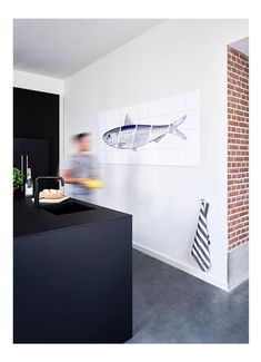 Hello fish on the wall! Create a stunning wall decoration for you interior with IXXI, like this illustrated fish in the kitchen. Kitchen Interior, Kitchen Decor, Kitchen Rules, Decor Interior Design, Interior Decorating, Fisher, Wall Shelves Design, Fish Design, Modern Wall Decor