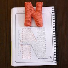 Crochet charts for alphabet letters 😍 Crochet Diy, Crochet Motifs, Crochet Amigurumi, Crochet Diagram, Crochet Chart, Love Crochet, Crochet Stitches, Crochet Patterns, Crochet Gratis
