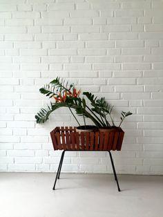 Vintage Blumenbank, Blumentisch Teak, Blumenhocker retro, Pflanzenständer alt, 50ziger Jahre Beistelltisch, von moovi auf Etsy
