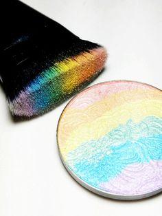 Die Beautywelt flippt gerade völlig aus wegen diesem Rainbow Highlighter.