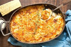 Πεντανόστιμες πατάτες ογκρατέν! Lemon Potatoes, Potatoes Au Gratin, Sliced Potatoes, Cheesy Potatoes, Veggie Side Dishes, Side Dish Recipes, Potato Recipes, Vegetable Recipes, Chicken And Chips