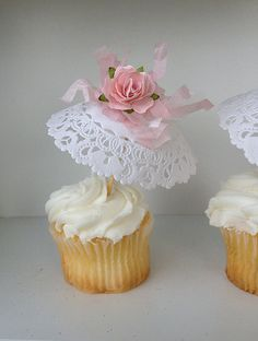 Birthday Decoration Six Shabby Chic Parasol Cupcake .- Geburtstagsdekoration Sechs Shabby Chic Sonnenschirm Cupcake Toppers Muttertagsd… Six Shabby Chic Parasol Cupcake Toppers Mother& Day decoration for birthday party or birthday decoration - Doilies Crafts, Paper Doilies, Paper Lace, Paper Roses, Paper Doily Crafts, Crepe Paper, Diy Crafts, Birthday Party Decorations, Birthday Parties