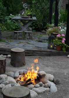 Love the big stones around the fire pit Fire Pit Landscaping, Fire Pit Backyard, Garden Landscaping, Backyard Camping, Vegetable Garden Design, Garden Landscape Design, Small Gardens, Outdoor Gardens, Outside Fireplace