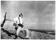 La foto que comento hoy es de Robert Capa. Muerte de un miliciano  Esta fotografía fue tomada en 1936 durante la guerra civil española. La foto se tomó sin mirar a través del visor. En mi opinión es una de las mejores fotografías de combate que se han hecho jamás.   #guerra #historia #Robert Capa