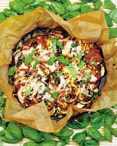 Kesäkurpitsavuoka on herkullinen yhdistelmä kesäkurpitsaa, fetaa, valkosipulia ja tomaattia. Mehevän maun salaisuus on pestossa, jota levitetään säästelemättä kerrosten väliin. Katso suosittu ohje tästä!