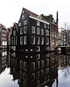 Calm before the storm. Did you know the water of the Amsterdam canals are the most calm at night and early in the morning? So if you like to photograph those beautiful reflections the morning is your moment! Have a great day, people! #amsterdam #vscocities