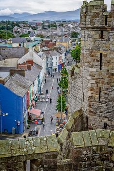 Street scene outside the walls of Caernarfon Castle Caernarfon, Gwynedd, Wales Cornwall England, Yorkshire England, Yorkshire Dales, Cardiff Wales, Bangor Wales, Places To Travel, Places To Visit, Castles In Wales, Scotland Landscape
