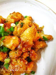 2010. 10. 18... 간식이나 술안주로 너무너무 좋은 새우+닭강정을 올려볼께요..^^ 저희 식구들은 닭요리를 무척 좋아합니다...그대신, 닭가슴살을 잘 않먹어요... (닭볶음을 하더라도 가슴살부위는 항상 남는다는.. ㅜ.ㅜ)치킨을 시켜도 다리와 날개부위의 세트메뉴로만 시킨답니다...ㅋㅋ 그래서, 닭요리를 할때 가슴살을 따로 냉동보관했다가 이렇게 간...