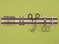 利用磁鐵條收納美髮和修容的小用具