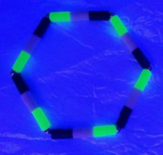 Neon Armbänder und Halsketten von Rose Moe