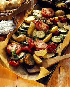 Mediterranean oven-cooked vegetables with herb Mediterranes Ofengemüse mit Kräuterquark Oven vegetables – smarter – time: 50 min. Veggie Recipes, Paleo Recipes, Low Carb Recipes, Dinner Recipes, Paleo Food, Grilling Recipes, Oven Vegetables, Roasted Vegetables, Healthy Eating Tips